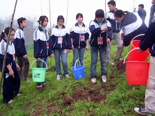 >城关中学学生志愿者植树活动-栽植奥运林保护母亲河 富顺今年植树