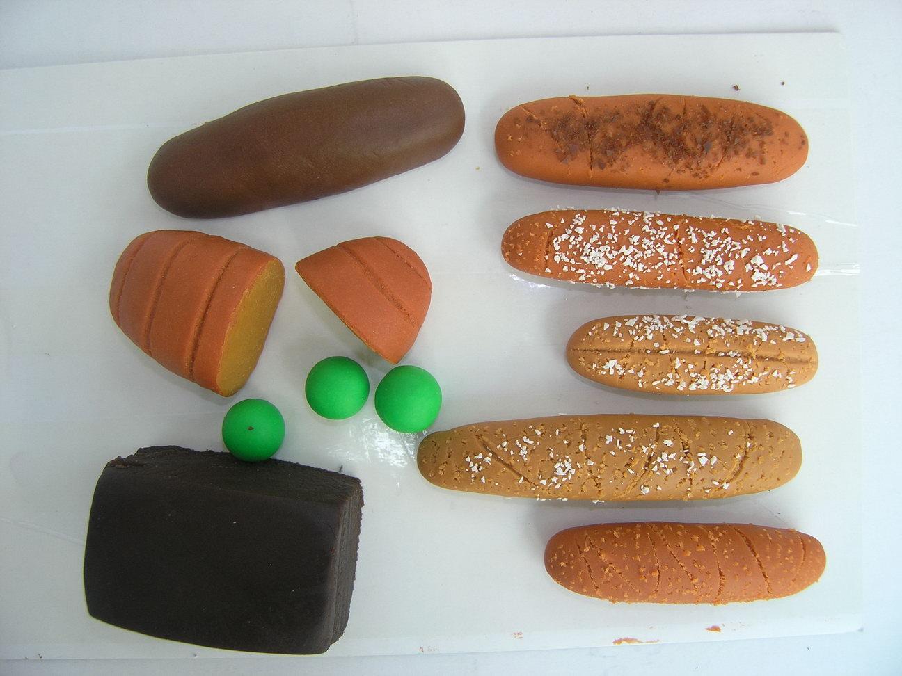 乖乖小妹,看看我用橡皮泥做的面包和甜点