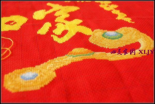"""玩够了相机在朋友的""""诱惑""""下又玩起了十字绣。 拍摄时间:2009年新年伊始 初学十字绣,将过程简单记录下来,收藏于网络。 十字绣,最早诞生在欧洲宫廷,后来传入民间。和中国传统的刺绣不同,十字绣的绣法很简单,针法也只有一种在带小十字方格的硬布上,利用其经纬交织的网纹,将不同颜色的线以对角线交叉绣在网纹上,便能绣出各式各样、生动传神的图案。十字绣有着人性化的设,每张画样里,颜色由浅到深的进口花线及刺绣针一一标明,更妙的是,画样被均匀地细分在格子上,各种颜色的花线也都有不同的号码,只要按照图纸标明的线号,在"""