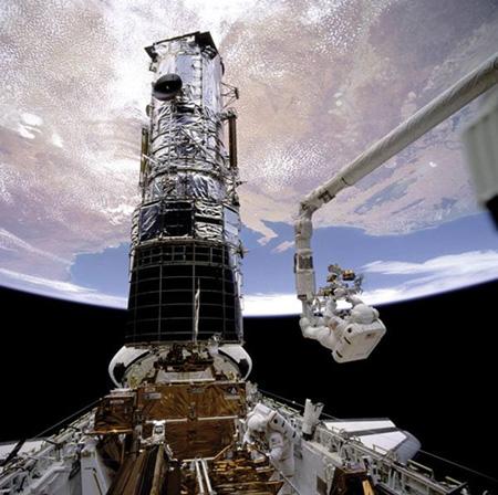 """宇航员为哈勃空间望远镜安装新的仪器设备,使得""""哈勃""""始终在天文"""