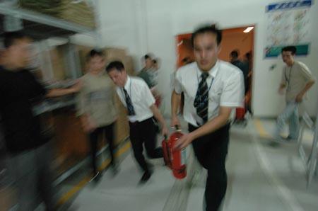 紧急迫降该楼层电梯,10余名社区义务消防队员及20余