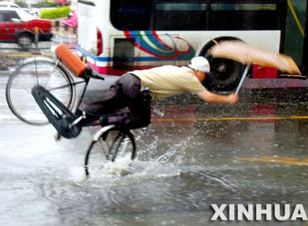 摄影记者抓拍市民雨中摔倒场面引