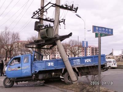 农用车撞折电线杆