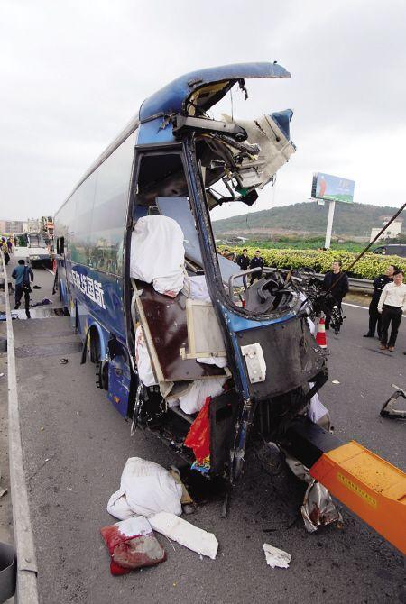 大货车猛撞客车削掉半边车头 致6死24伤(图)
