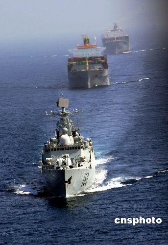 我国获释渔船在海军护卫下抵达安全海域