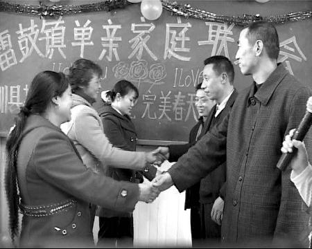 """北川百名丧偶男女参加速配 抛绣球说出""""我爱你""""(图)"""