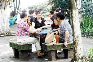 重庆某公园的免费桌椅竟被改麻将桌出租(图)