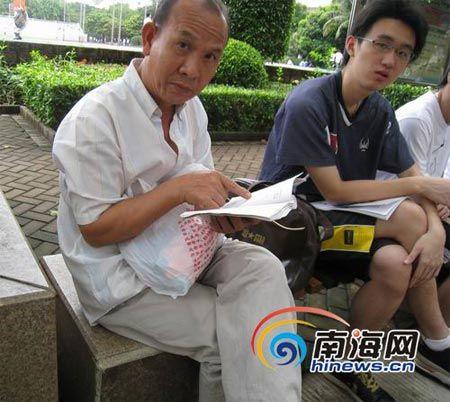 海南60岁爷爷赶考 面对镜头有点害羞(组图)